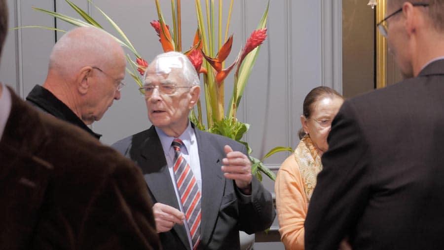 Trotz seines Sturzes hält sich Walter Lange den Gästen für Gespräche zur Verfügung.