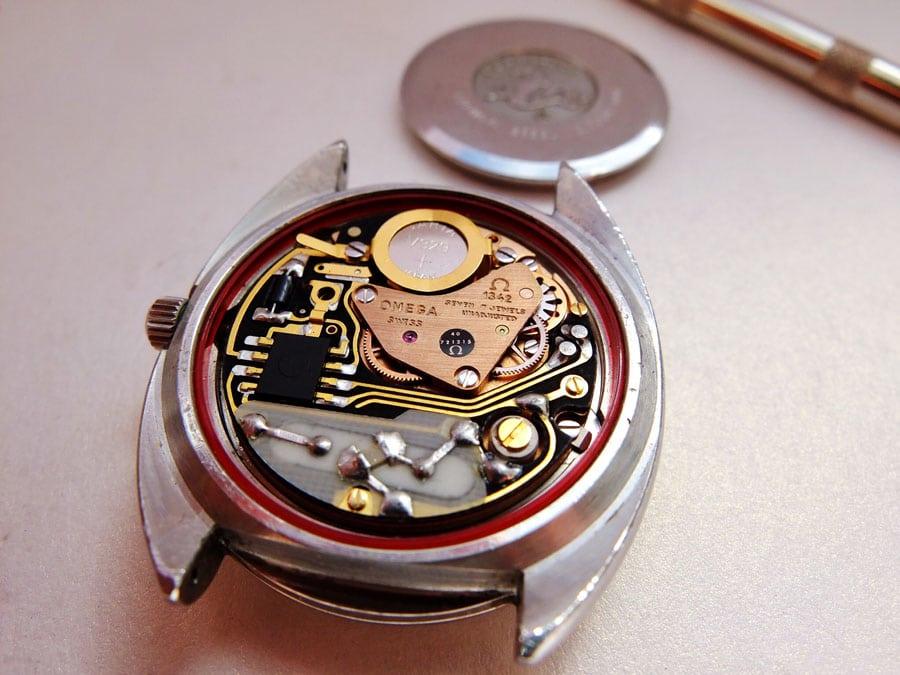 Rotvergoldet in Quarz-Krise - selbst bei seinen Quarzuhren ließ Omega es sich nicht nehmen, rotvergoldete Werkteile zu verwenden.
