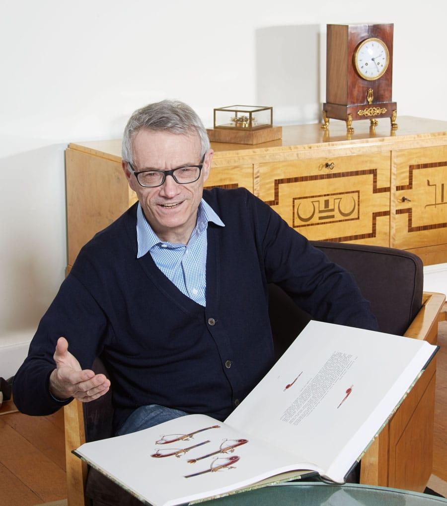 Dr. Helmut Crott berät Uhrensammler