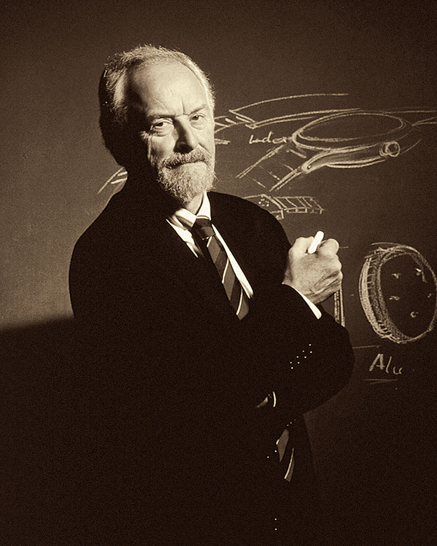 Ferdinand A. Porsche, führt Titan als Werkstoff für Uhren ein
