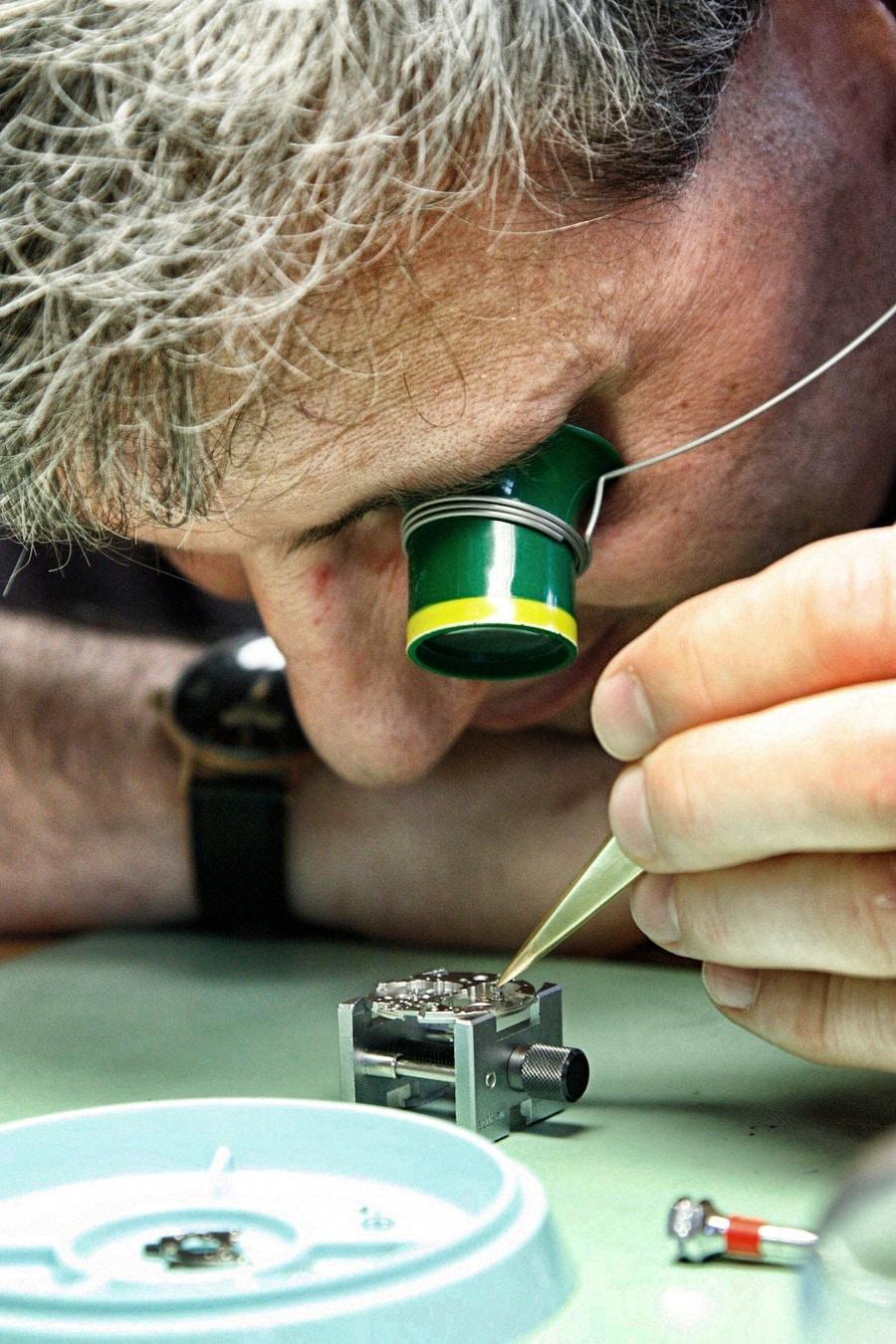 In der Uhrmacherschule Alfred Hellwig gibt es Gelegenheit, sein Können selbst zu erproben.