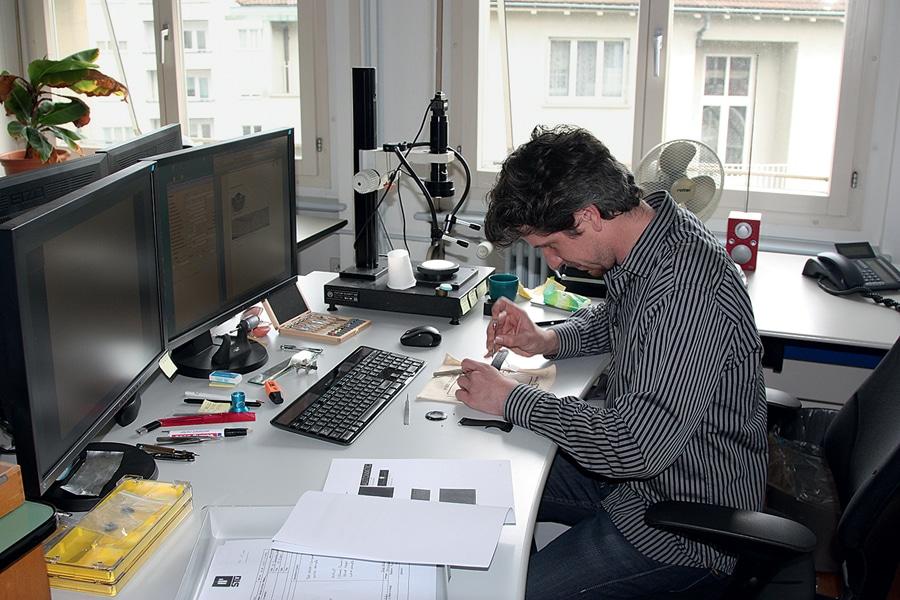 Uhrmachermeister David Luther untersucht eine vermutliche Fälschung.