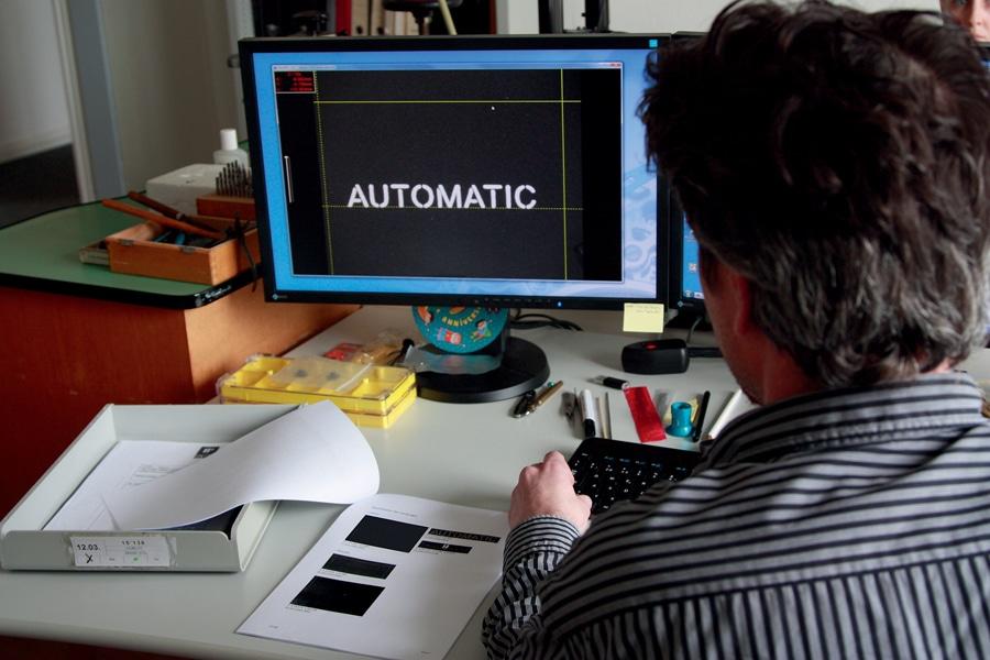 Der Fachmann der FH erkennt, auf welcher Maschine die Replica-Uhr angefertigt wurde.