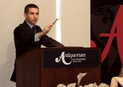 Antiquorum-Uhrenexperte Julien Schaerer in Aktion