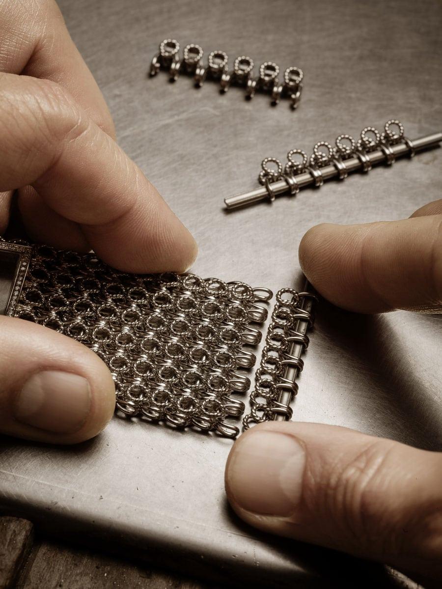 Montage eines Goldarmbands bei Piaget