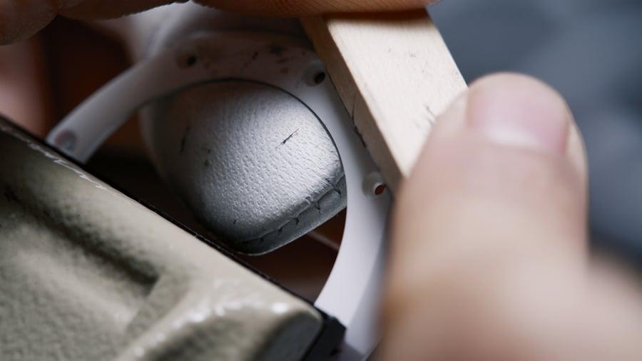 Audemars Piguet ist der einzige Hersteller, der die Gehäuse seiner Keramik-Uhren zum Schluss von Hand poliert.