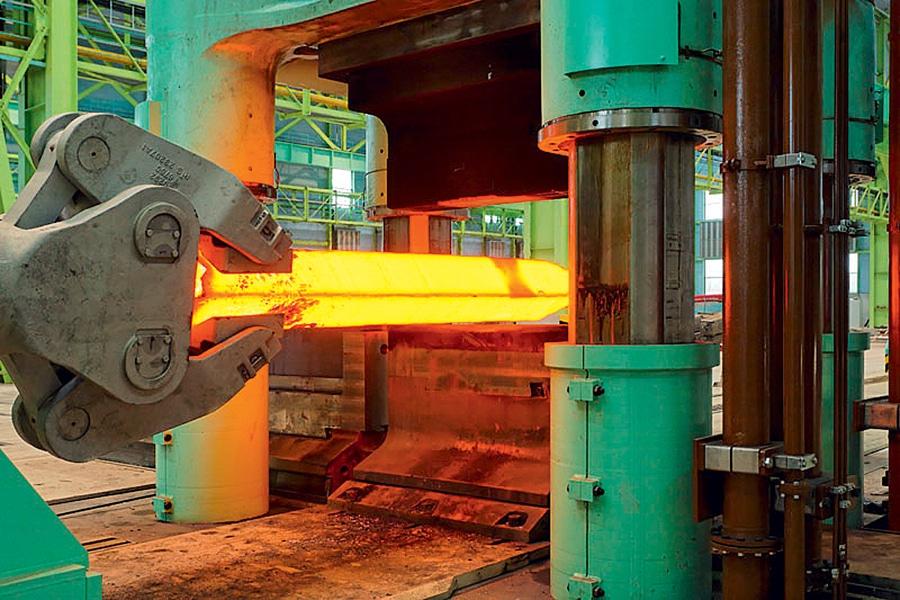 Bei Thyssen-Krupp in Unna wird ein Titanblock für die Weiterverarbeitung rotglühend erhitzt.
