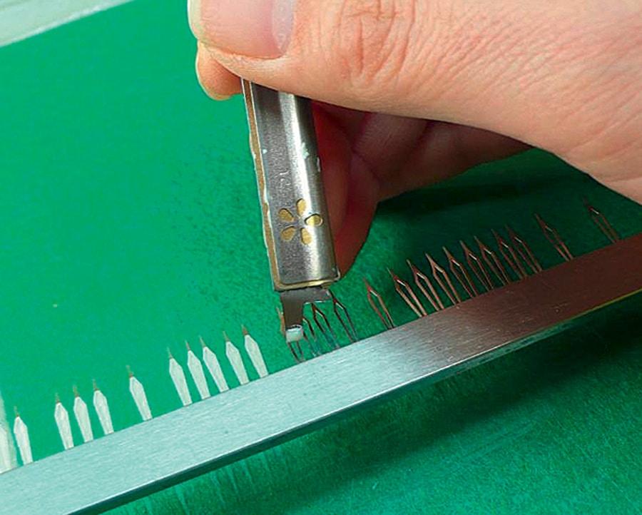 Das Auftragen von Leuchtfarbe auf die Zeiger kann Handarbeit sein.