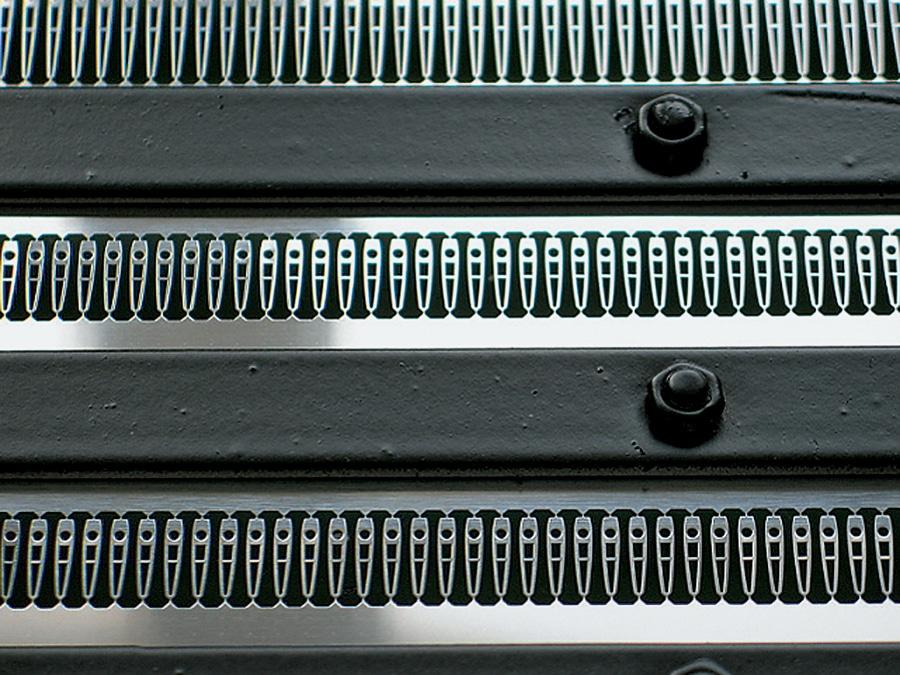 In Reih und Glied: Zeigerrohlinge warten auf die Weiterverarbeitung.