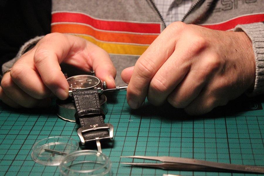 Schaumburg-Watch-Uhrmacherseminar: Armband wird befestigt