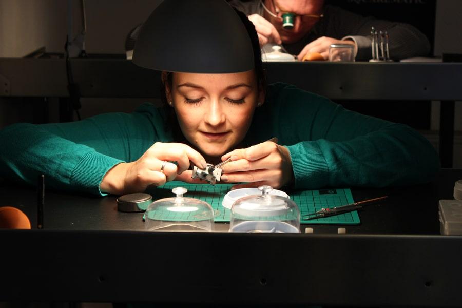 Schaumburg-Watch-Uhrmacherseminar: Teilnehmerin setzt Uhrwerk wieder zusammen