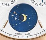 Im Sternenhimmel der Mondphasenanzeige von Montblancs Heritage Chronométrie Quantième Annuel Vasco da Gama ist das Kreuz des Südens zu erkennen.