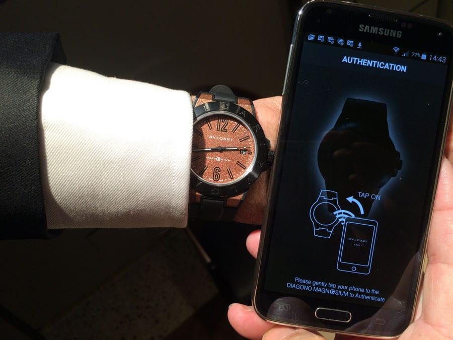 Bulgari Diagono E-Magnesium und Smartphone mit App Bulgari Vault