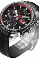 Der Chronograph besitzt eine Tachymeterskala und den charakteristischen roten Pfeil über der Datumsanzeige.