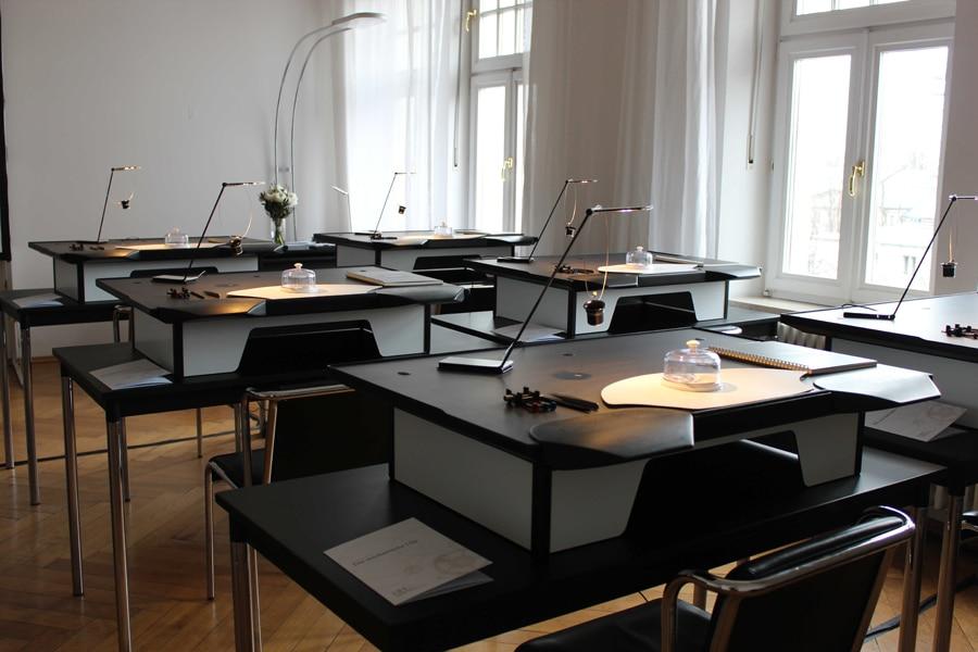 Panerai: Die Werktische beim Uhrmacher-Workshop in München.