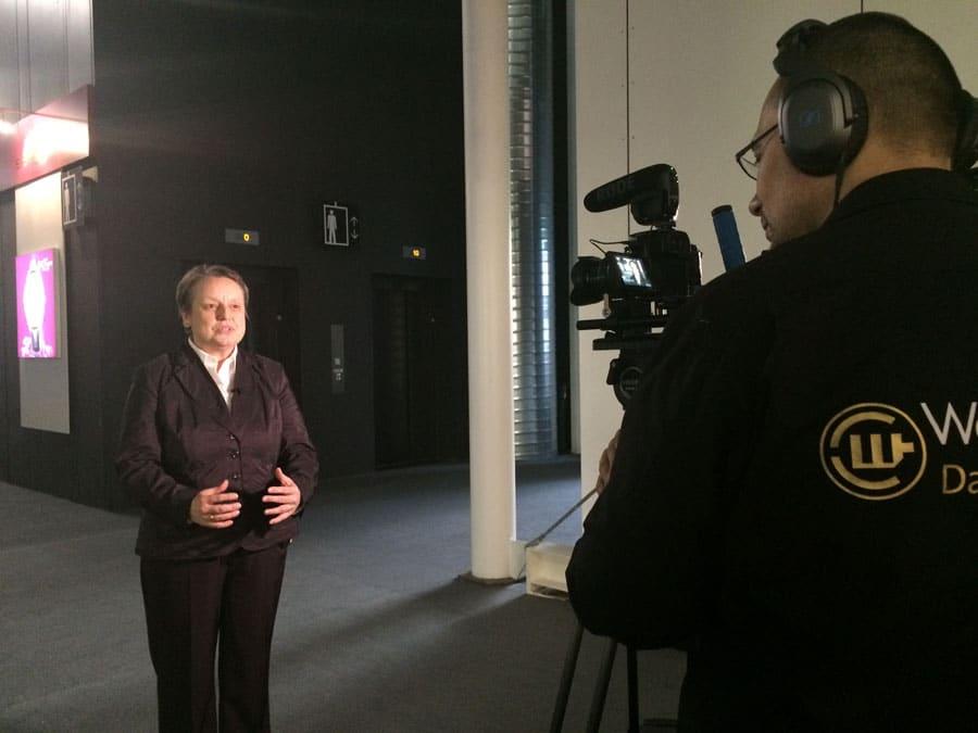 Martina Richter, die stellvertretende Chefredakteurin des UHREN-MAGAZINS fasst vor der Kamera ihre Eindrücke von der Baselworld 2015 zusammen.