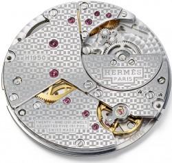 Das Kaliber mit Mikrorotor ist mit dem H-förmigen Dekor verziert und stammt aus der Manufaktur Vaucher.