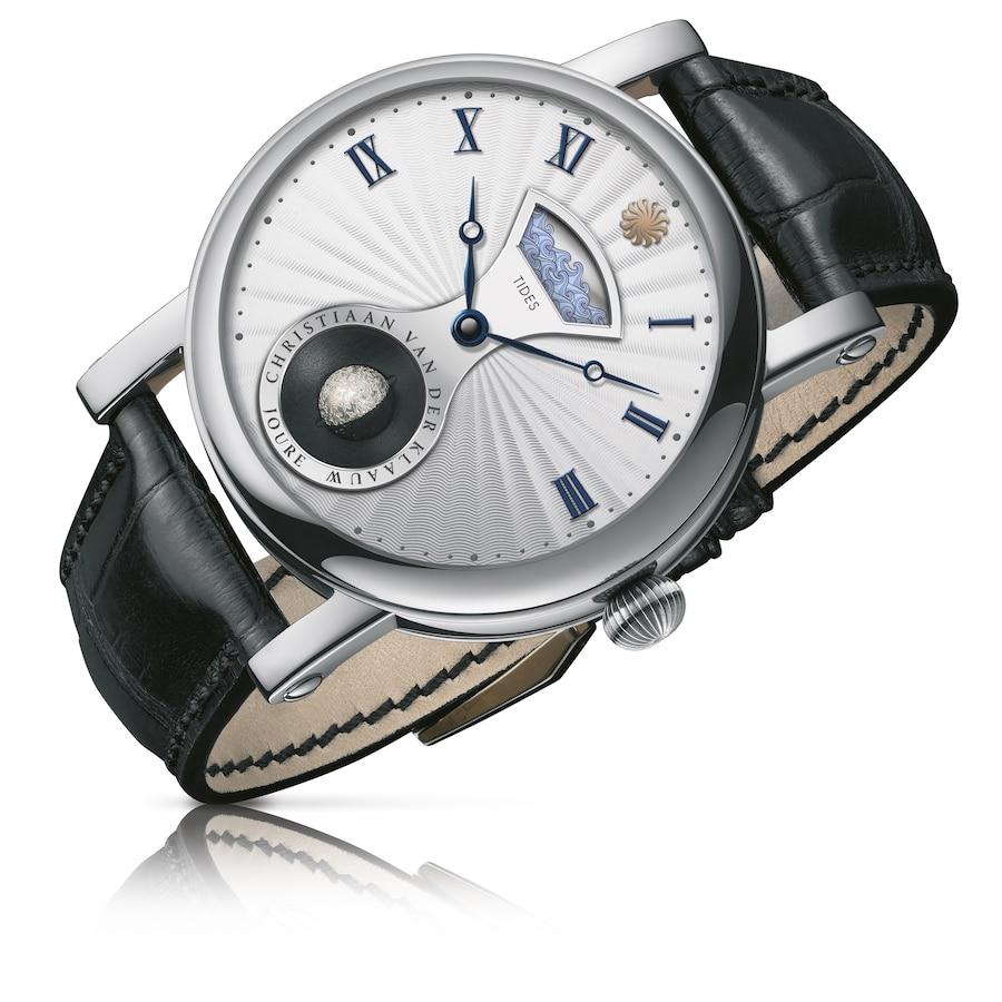 Die Uhr mit Tidenhubanzeige und der auf 11.000 Jahren präzisen Mondphasenanzeige ist auch in Edelstahl erhältlich.