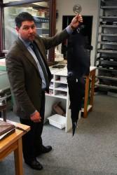 Frank Kettering, Geschäftsführer bei Cornelius Kaufmann, mit der Haut eines Alligators.