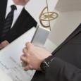 Trophäe, Urkunde und Uhr am in den Händen und am Arm von Benoit Mintiens.