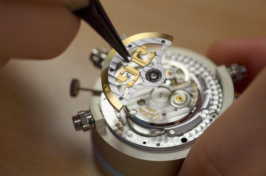 Montage des Zentralrotors bei einem Automatikwerk von Glashütte Original