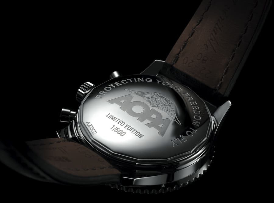 Das Logo der AOPA (Aircraft Owners and Pilots Association) ziert auch die Rückseite der Breitling Navitimer.