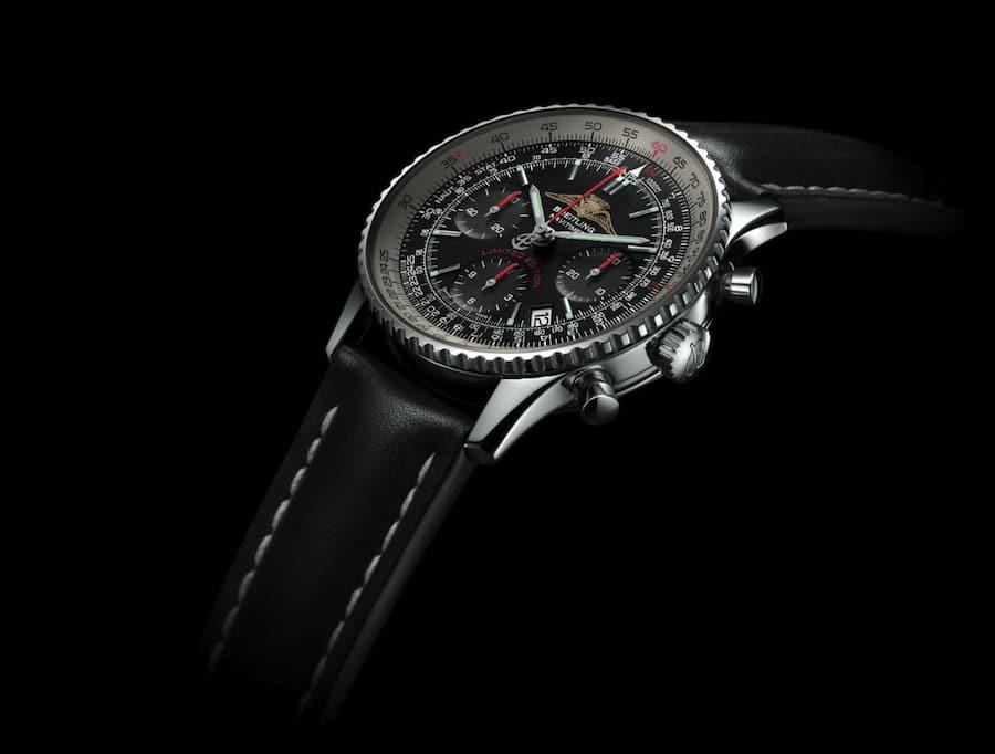 Im Inneren des 42 Millimeter große Edelstahlgehäuses tickt ein als Chronometer zertifiziertes Chronographenwerk.