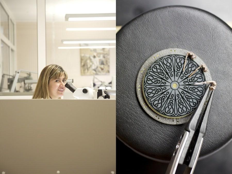 Das Setzen der Figuren auf dem Zifferblatt erfolgt unter dem Mikroskop.