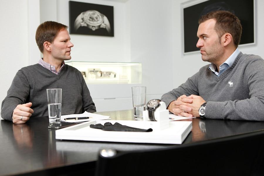 Claude Greisler, Direktor und Chefkonstrukteur von Armin Strom (rechts), im Gespräch mit Chronos-Redakteur Jens Koch