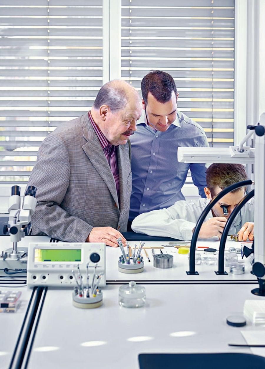 Firmengründer Armin Strom mit Claude Greisler und einem Uhrmacher der Manufaktur