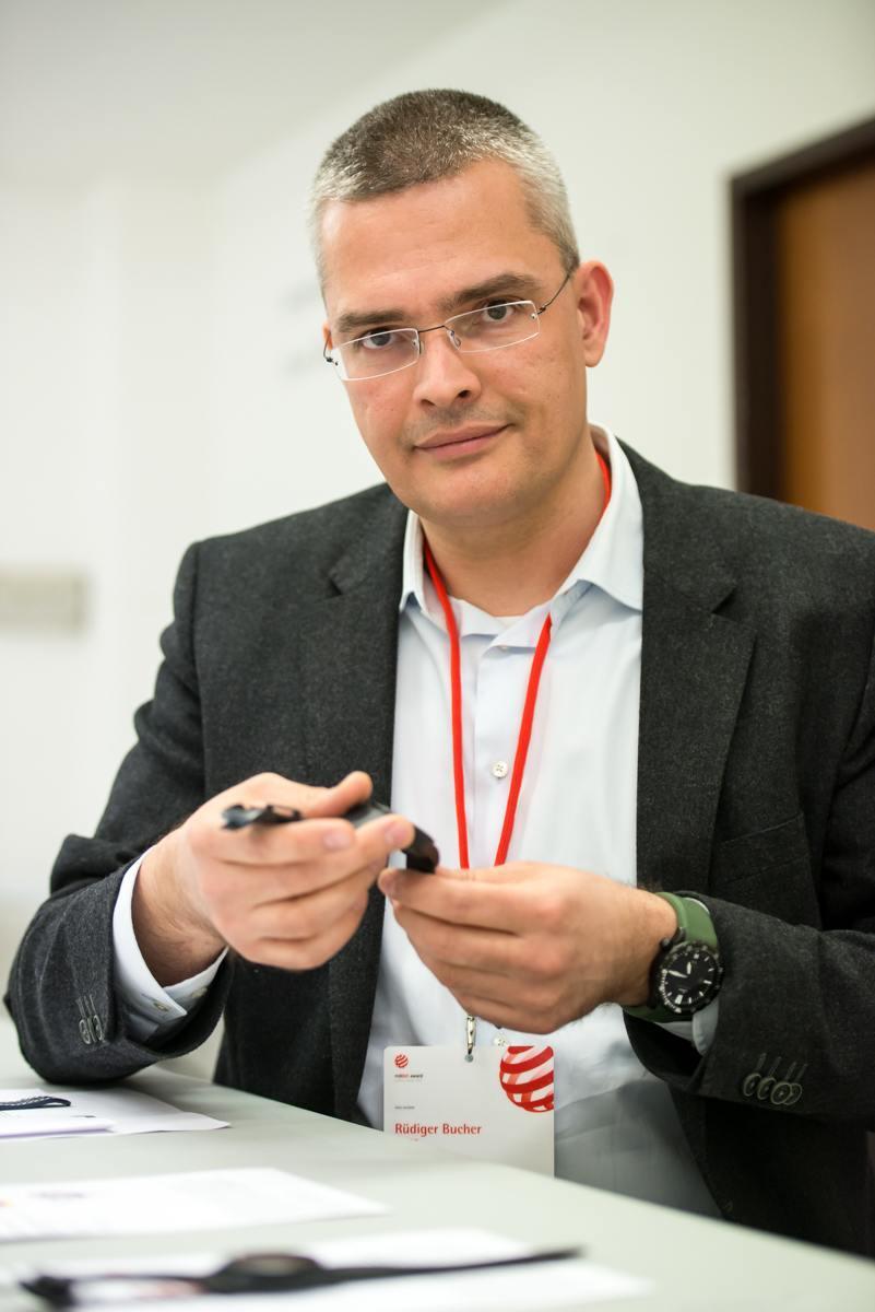 Rüdiger Bucher ist Chronos-Chefredakteur und Uhren-Juror beim Red Dot Design Award 2016. Hier trägt er die Sinn U2 C.