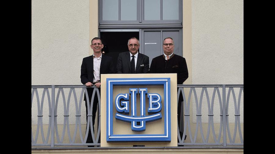 Bürgermeister Markus Dreßler, Museumsdirektor Reinhard Reichel und Glashütte Original Geschäftsführer  Frank Kittel auf dem Ballon, geschmückt mit dem alten GUB-Logo.