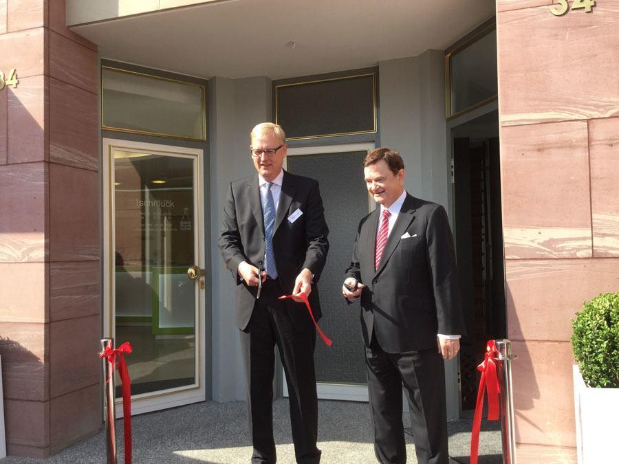 Über die Eröffnung der neuen Niederlassung von Sinn in Frankfurt freut sich Geschäftsführer Lothar Schmidt sichtlich.