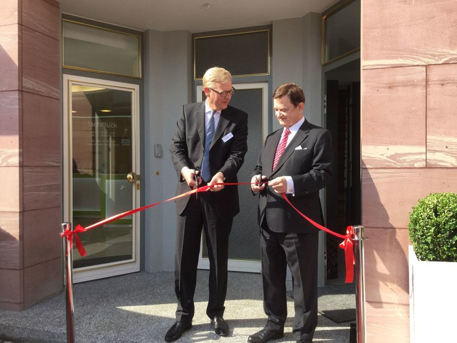 Firmeninhaber Dipl.-Ing. Lothar Schmidt (rechts) eröffnet mit Stadtrat Marcus Frank das Sinn-Geschäft.
