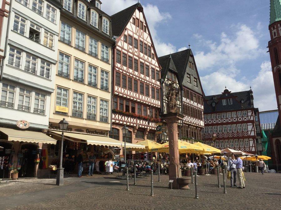 Blick vom Sinn-Ladengeschäft über den Frankfurter Römerberg.