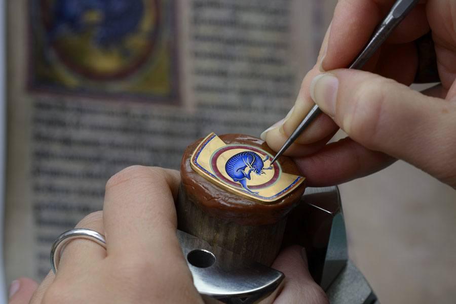 Die Herstellung der Uhren der Savoirs-Enluminés-Linie von Vacheron Constantin ist echte Detailarbeit.