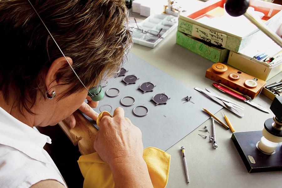Botta-Design: Bei einem Zuliefererbetrieb werden Uhrenteile poliert.