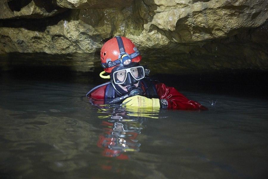 Die Chronos nutzt Erfahrungen aus der Praxis und die Einschätzung von Experten, hier: Taucheruhren-Test in einer aktiven Wasserhöhle