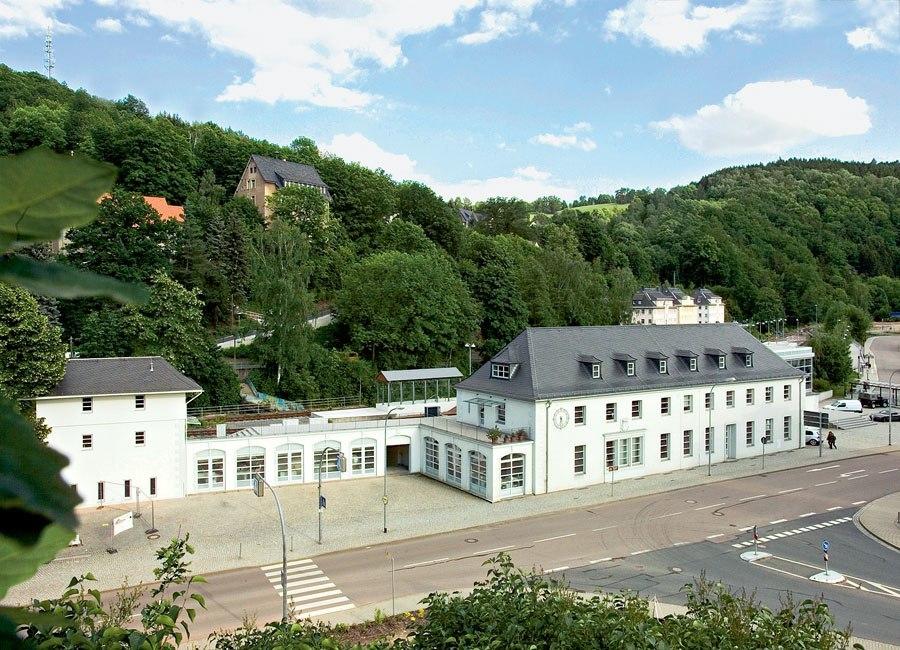 Bahnhof Glashütte: Der Hauptsitz von Nomos Glashütte liegt direkt an der Hauptstraße.