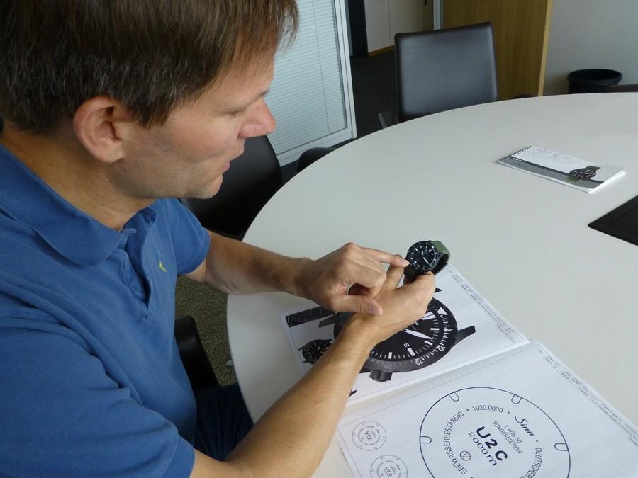 Chronos-Redakteur Jens Koch zeigt die sichtbare Trockenkapsel der U2 C, Herzstück der Sinn-Trockenhaltetechnik