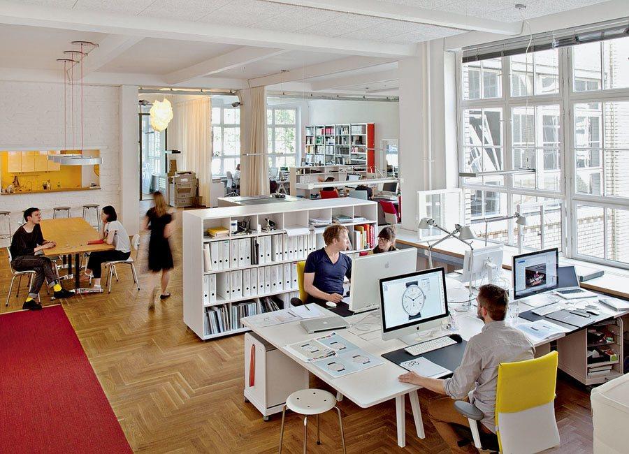 Die Agentur Berlinerblau ist ein Tochterunternehmen von Nomos Glashütte. Dort arbeiten mehrere Dutzend kreative Köpfe.