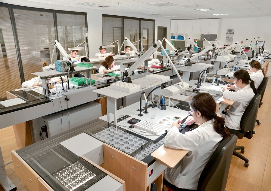 Hier entstehen die Werke für die Fossil-Uhren aus dem Tessin: Blick in die Produktionsstrecke in Manno, einem Vorort von Lugano