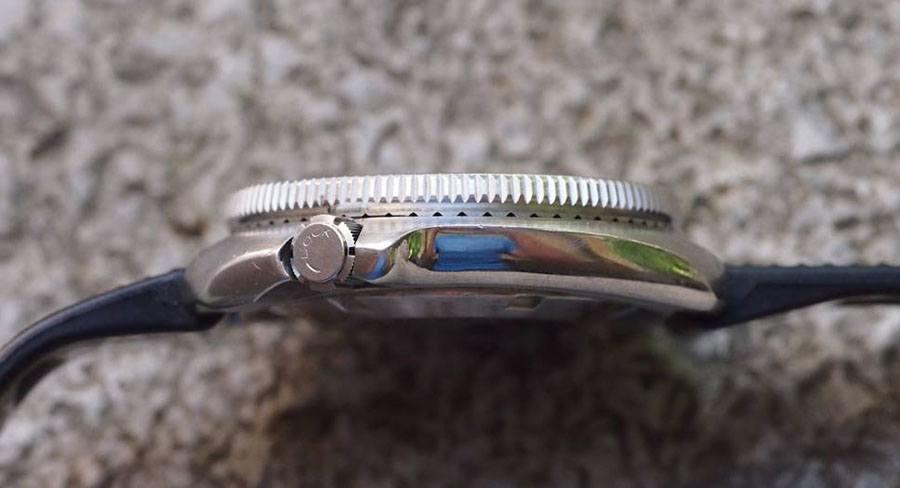 """Die Krone der Seiko 6105-8110 trägt die Aufschrift """"Lock"""" und einen Pfeil für die Drehrichtung (Foto: Michael Stockton)"""