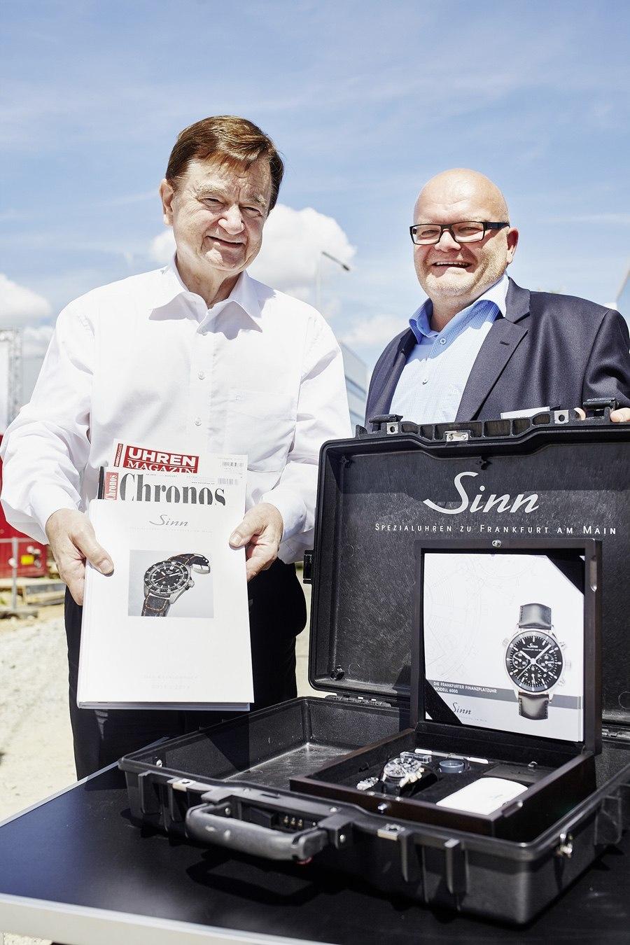 Dipl.-Ing. Lothar Schmid, Geschäftsführer und Inhaber von Sinn (links), und Frank Wingerter, Vorstandsvorsitzender der Itasi AG, bestücken die Zeitkassette.