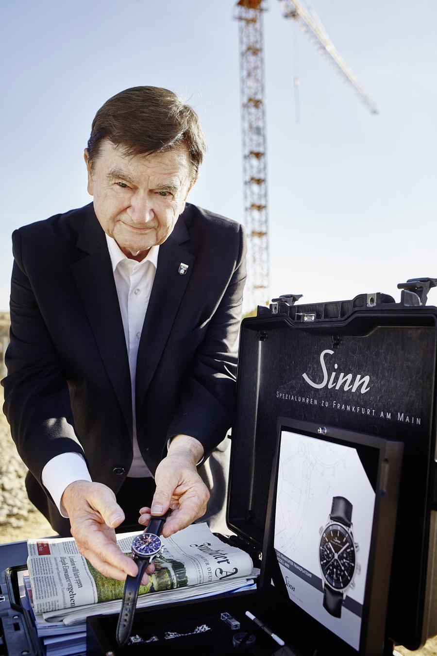 Lothar Schmid legt sein persönliches Exemplar der Frankfurter Finanzplatzuhr 6000 von Sinn in die Zeitkassette.