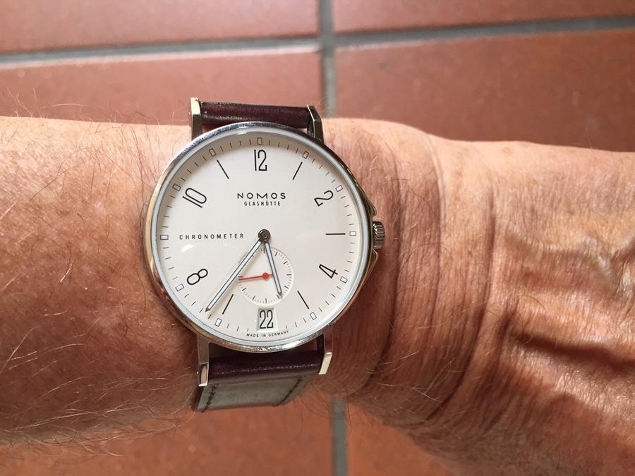 Die Nomos Ahoi Datum Edition Watchtime.net am Handgelenk von Udo Biermann aus Emden
