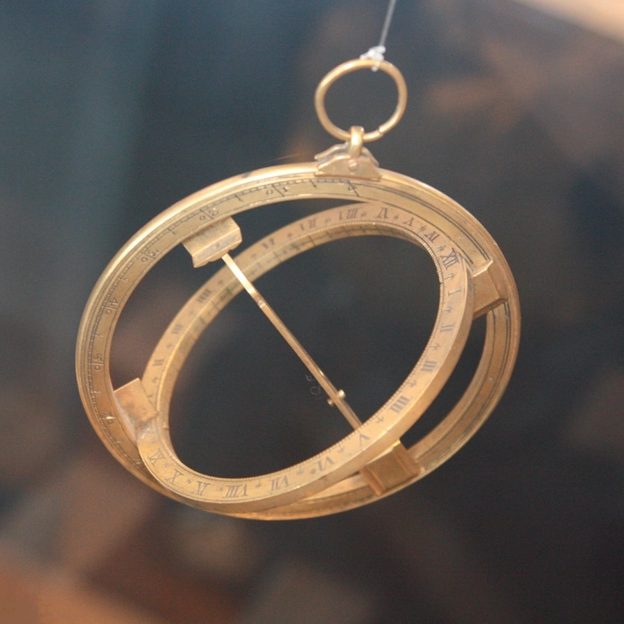Die Ringsonnenuhr (17. Jahrhundert) zeigt die Zeit als Lichtfleck auf der Stundenskala, wenn sie korrekt aufgehängt und das richtige Datum eingestellt ist.