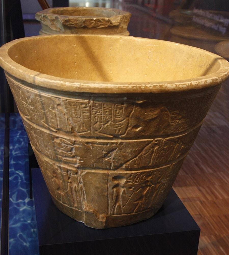 Altägyptische Wasseruhr: Der Pegel des Wassers im Behälter gibt Aufschluss über die vergangene Zeit.