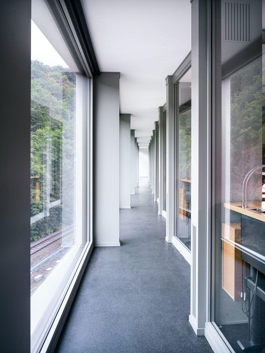 Große Fenster sorgen im neuen Gebäude für viel Licht in den Arbeitsräumen.