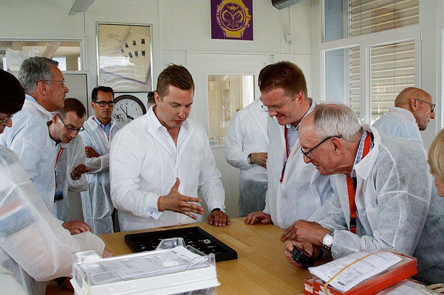 Leserreise Schweiz 2015: Balthasar de Pury erklärt Teilnehmern die Entwicklung der Piaget-Werke